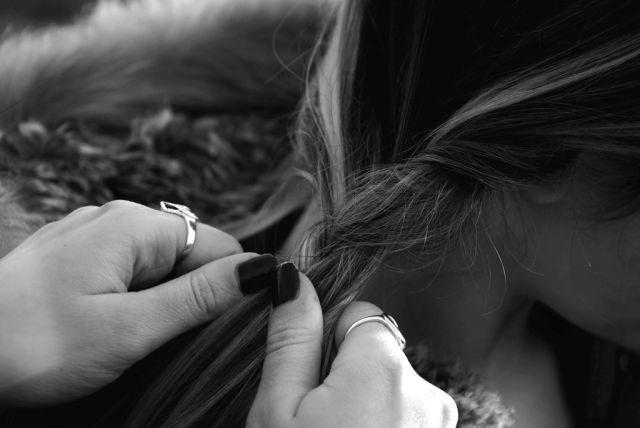 Mani che intrecciano capelli - Niccolò Castagna 4BII - Vincitore concorso